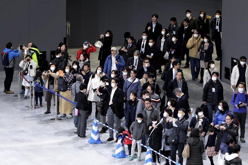 武漢肺炎疫情延燒,日本擬保證奧運安全安心,圖為民眾參觀奧運排球場館。 歐新社