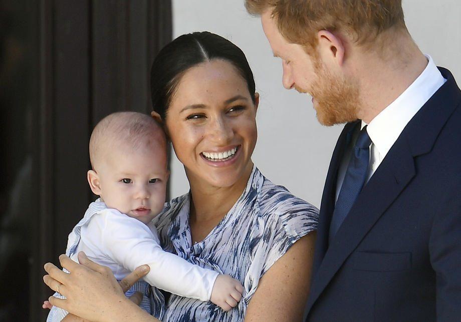 僅管哈利夫婦遷居加拿大退出王室,今傳英國女王仍要求哈利與梅根夫婦,務必帶兒子亞契