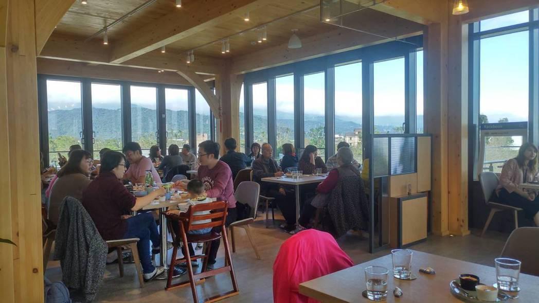 棗稻田食玩農創空間用餐總是高朋滿座,為維護顧客健康,會量額溫、酒精消毒,也貼心提...