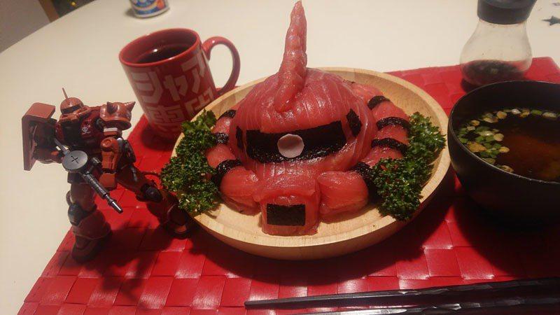 推特網友家中以「夏亞專用薩克」壽司,取代往年所吃的惠方卷壽司,引起網友們的關注。圖/ Twitter