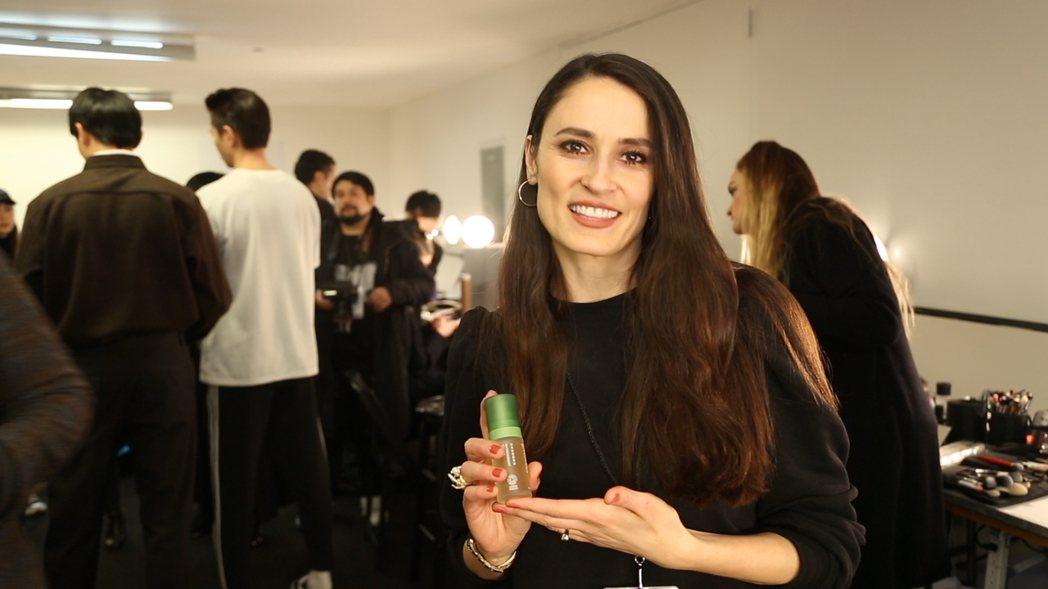 「活萃修護精華露」驚艷時裝週彩妝團隊,成為指定妝前保養品。 綠藤生機/提供