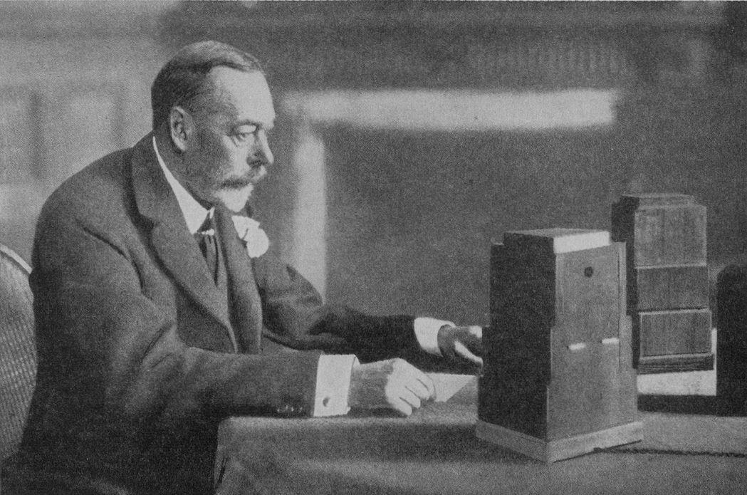 英國皇室的現代化,最大的推手是率領民眾走過第一次世界大戰的喬治五世。圖為1934...
