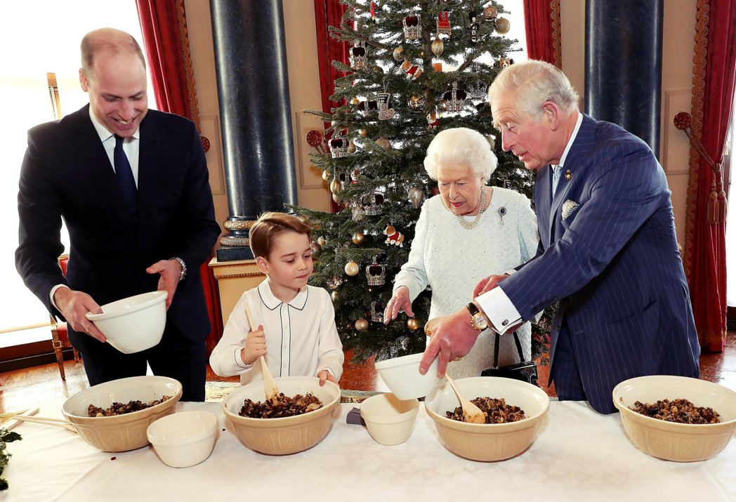 英國王室於2019年12月耶誕節釋出的四代同堂照。不過就在這時,哈利與夫婦其實已...