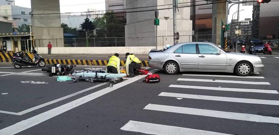 潘姓男子騎機車在新北市汐止區追撞前方賴姓男子駕駛汽車,潘頭部受創被送醫急救不治。圖/讀者提供