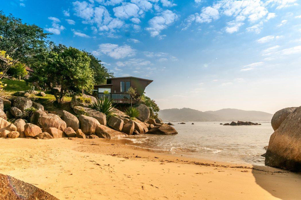 巴西聖卡塔琳娜州,坐擁私人海濱現代別墅。 Airbnb /提供