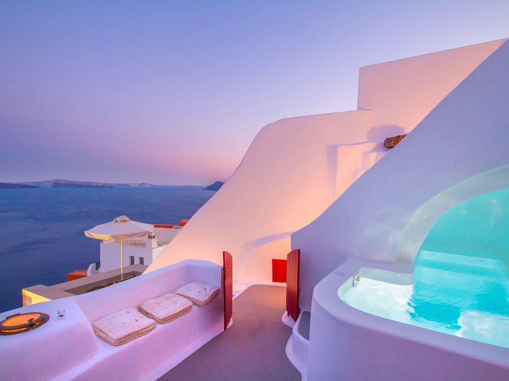 希臘聖托里尼,日落愛琴海秘境洞穴屋。 Airbnb /提供