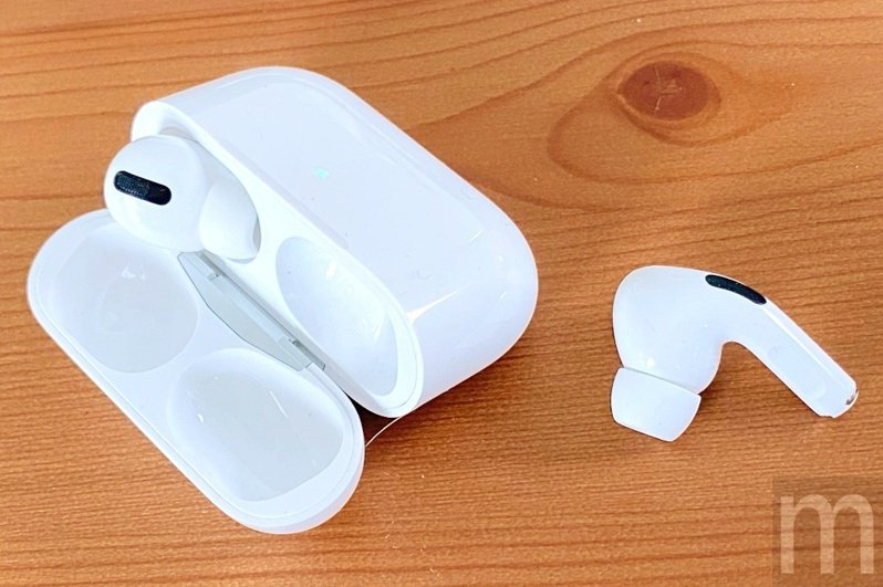 採用入耳式耳塞、搭載主動降噪與防水抗汗設計的AirPods Pro