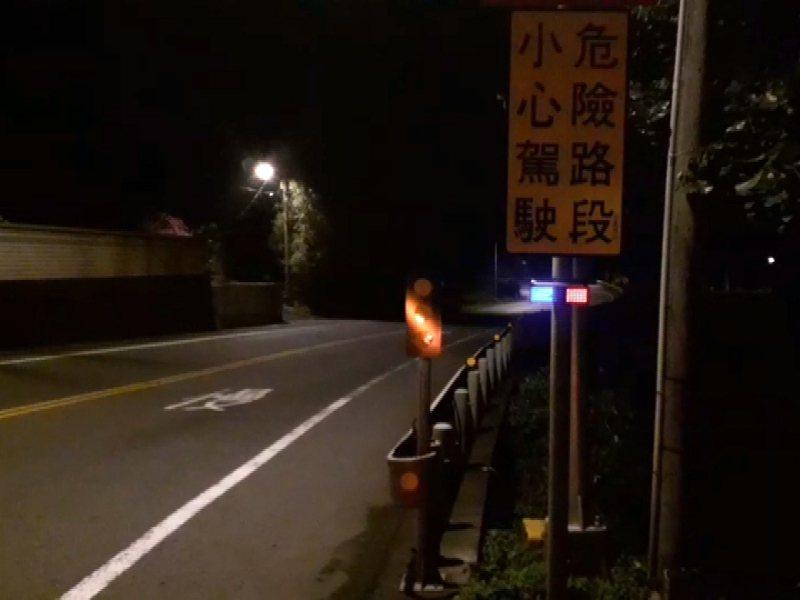 瑞芳警分局自在共74個地點裝設太陽能警示燈,藍紅燈光效果顯著,大幅降低夜間車禍案件達三成。 圖/觀天下有線電視提供