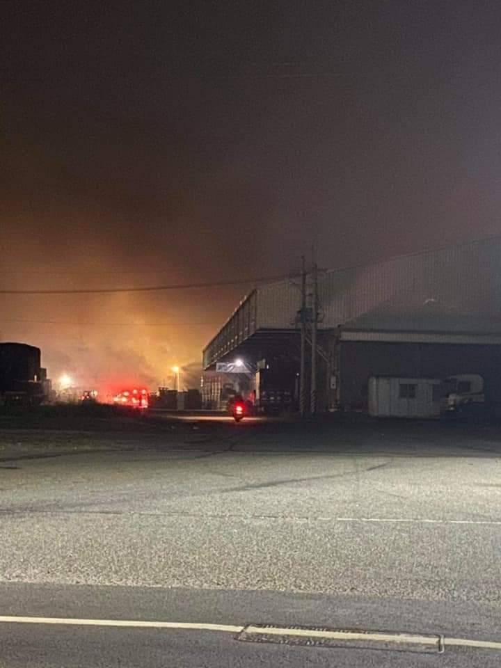 北港清潔隊今夜起火,竄起大量濃煙,遠望可見火勢不小。記者蔡維斌/翻攝