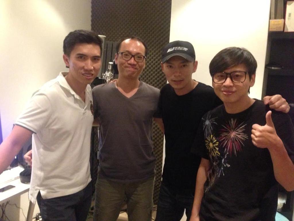 譚志華(右)曾跟李雲峰(右二)一同創作歌曲。圖/D調音樂提供
