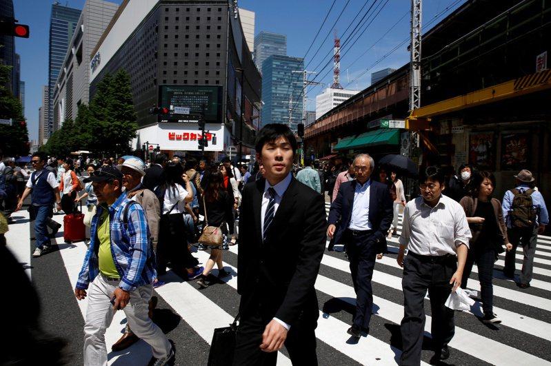 日本企業不再強調普遍提高底薪,改採績效工資。  路透