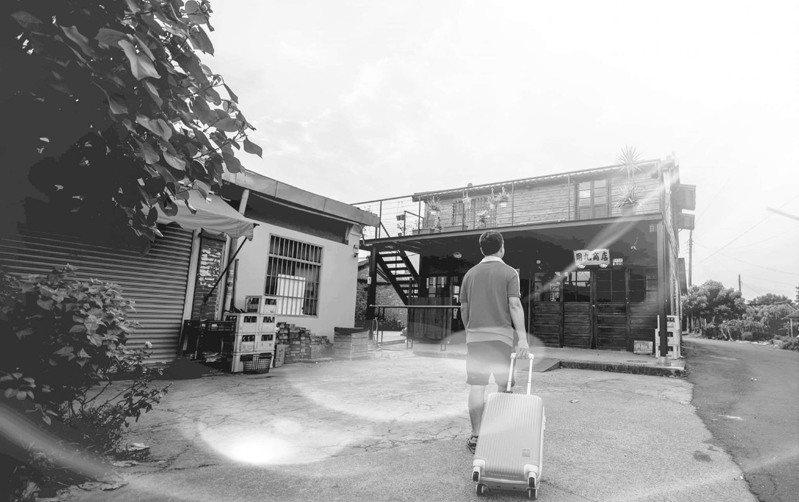 嘉義縣嚴選伴手禮協會舉辦「用九柑仔店」攝影比賽,離鄉工作遊子劉建和用鏡頭拍回家主題照片,奪攝影賽冠軍。圖/劉建和提供