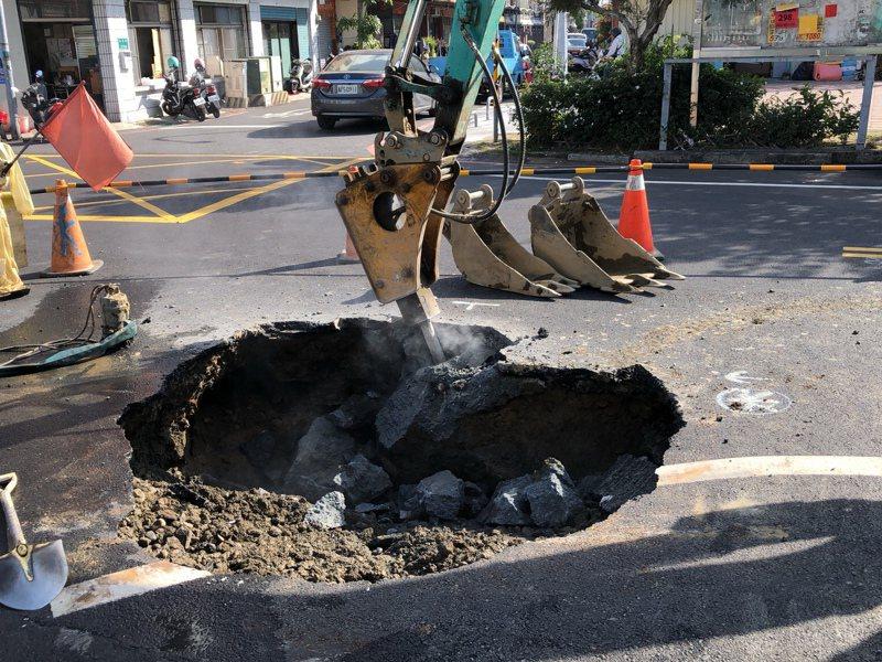 台南市昨天晚間發生垃圾車被「坑」,地上出現直徑約兩公尺的大洞,上午已在搶修中。圖/工務局提供