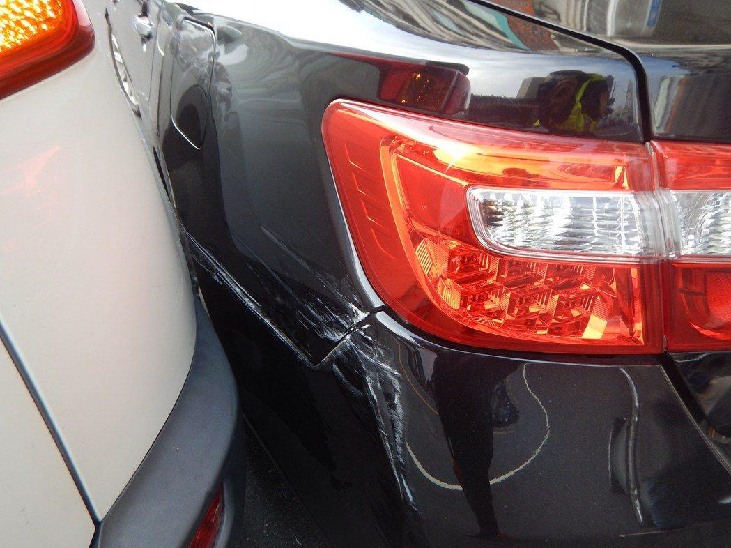 台中市南屯區簡姓女子將轎車停在忠勇路的自家門口,遭謝姓女子的休旅車撞上,不過簡女...