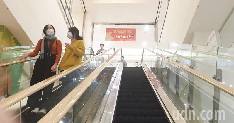 百貨公司上午購物人潮少。聯合報記者陳正興/攝影