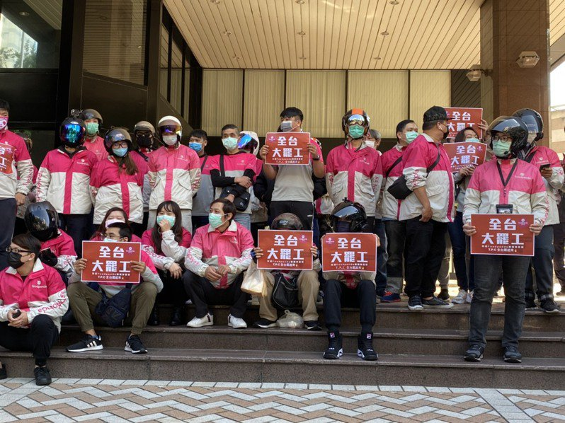 台北市美食外送司機產業工會籌備處今上午召開「安全送餐示範遊行」記者會,號召160名外送員到場響應。記者魏莨伊/攝影