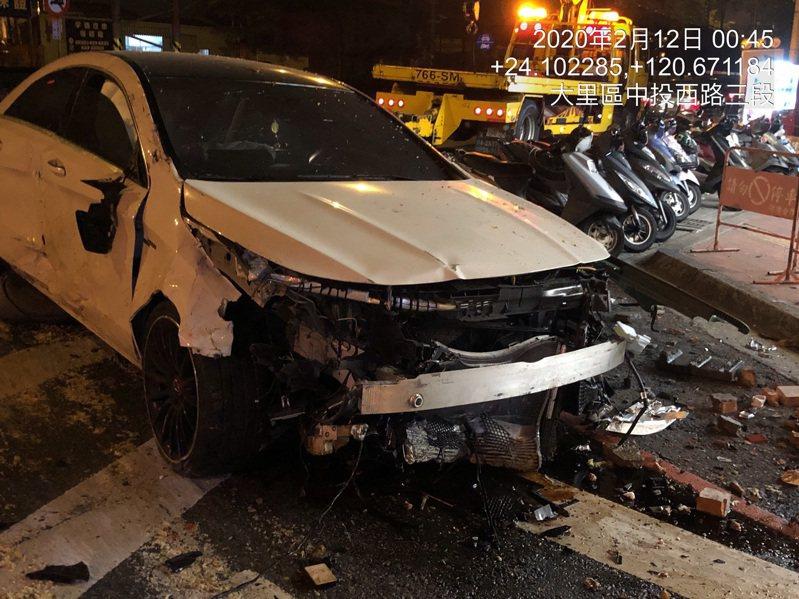 白色賓士車今天凌晨在台中市大里區德芳路三段衝撞路邊交通號誌、檳榔攤招牌等設備,以及餐廳廚餘桶等,賓士車頭全毀,駕駛無大礙。記者趙容萱/翻攝
