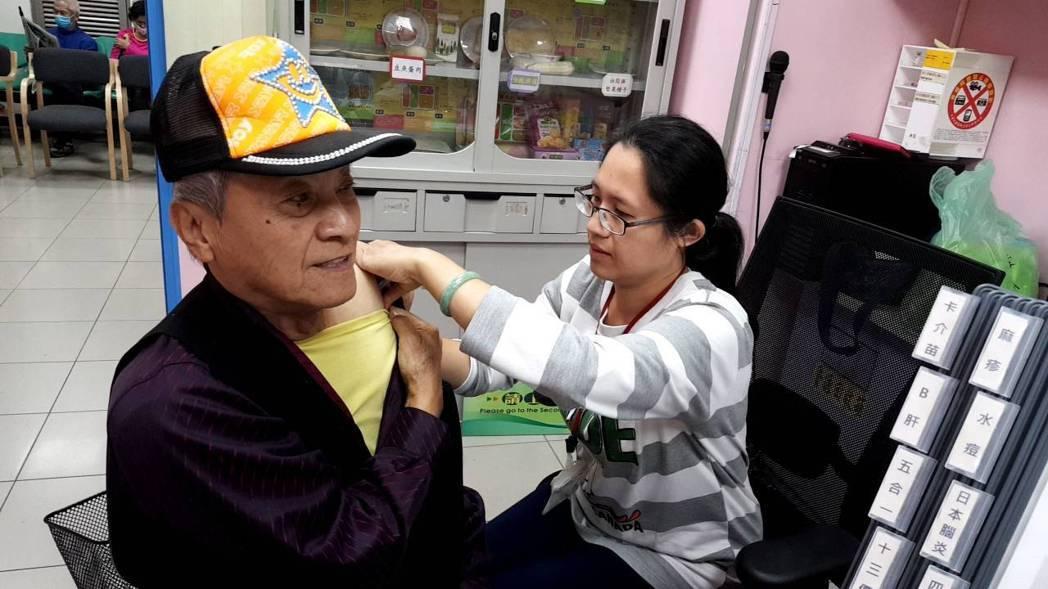 嘉義市衛生局為對抗流感,再向中央提撥2千劑疫苗,請市民到32家合約醫療院所接種。...