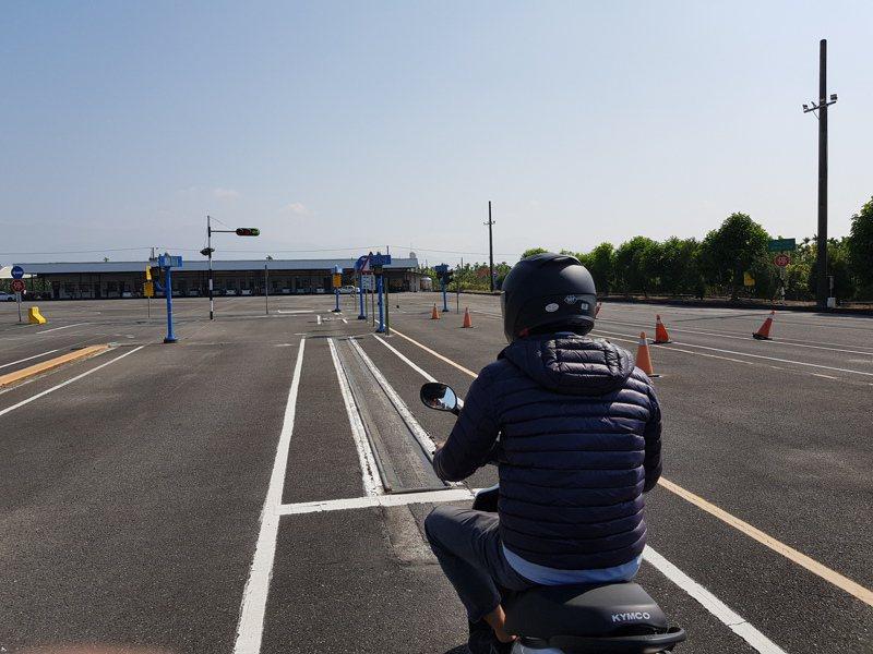 公路總局鼓勵民眾到駕訓班接受完整的重型機車駕駛訓練,不但可領訓練補助,根據以往經驗,可以有效降低違規率。圖/屏東監理站提供