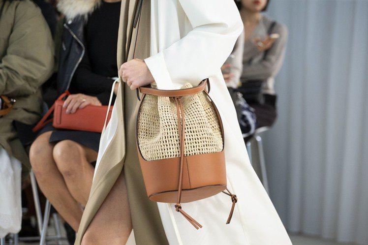 LOEWE Balloon Bag為2020春夏女裝秀上的全新包款。圖/LOEW...