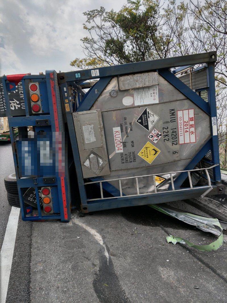 一輛載運雙氧水的槽車今天中午12點左右在國道3號苗栗縣苑裡南下路段翻覆,並出現洩漏情況。圖/苗栗縣消防局提供