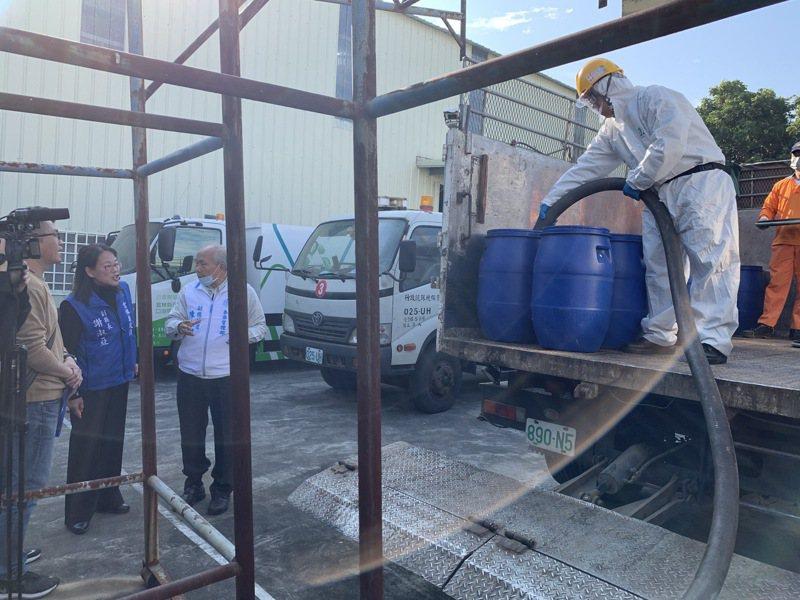 台塑麥寮六輕今天無償提供17噸次氯酸鈉(漂白水),給雲林縣政府讓各鄉鎮市公所清潔隊,用於公共場所消毒使用。記者李京昇/攝影
