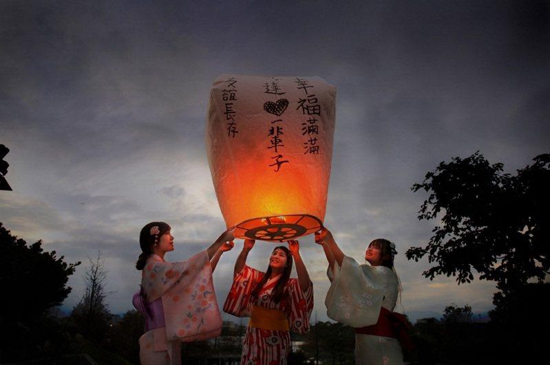 入住宜蘭綠舞可體驗日式浴衣、抹茶等道地日本文化。逢每周五入住,可參與天燈許願活動(圖)。圖/宜蘭綠舞提供