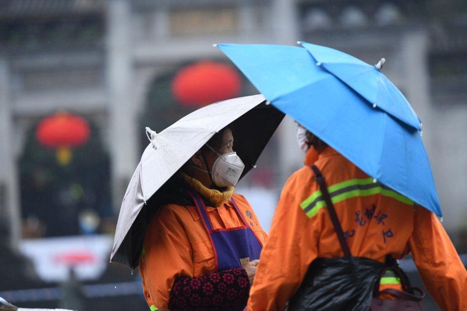 武漢火神山醫院招清潔工,月薪人民幣1.8-2萬元(約新台幣8.6萬元),包吃包住並還提供完整的防護設備。本報資料照片