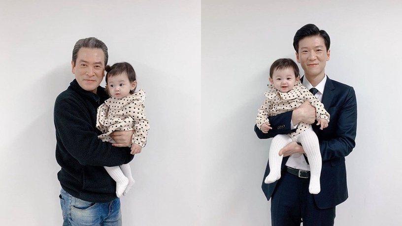 韓網流出劇中角色世理爸爸(左)與國情院特務抱著疑似雙胞胎的照片。圖/摘自韓劇開麥