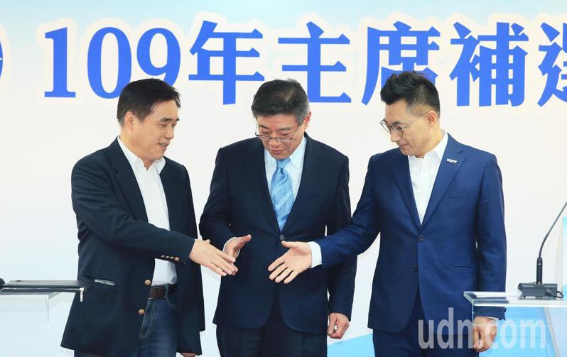 國民黨主席補選候選人郝龍斌(左)與江啟臣(右)一起進場並彼此握手致意。記者潘俊宏/攝影