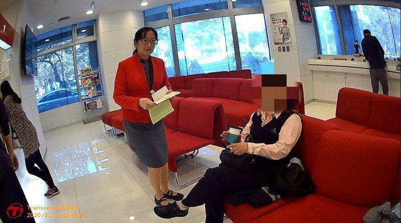 林女向銀行行員表示要匯款美金5000元至國外親友帳戶供生活費用途,最後警方苦口婆心勸說下,林女才打消念頭。圖/竹北分局提供