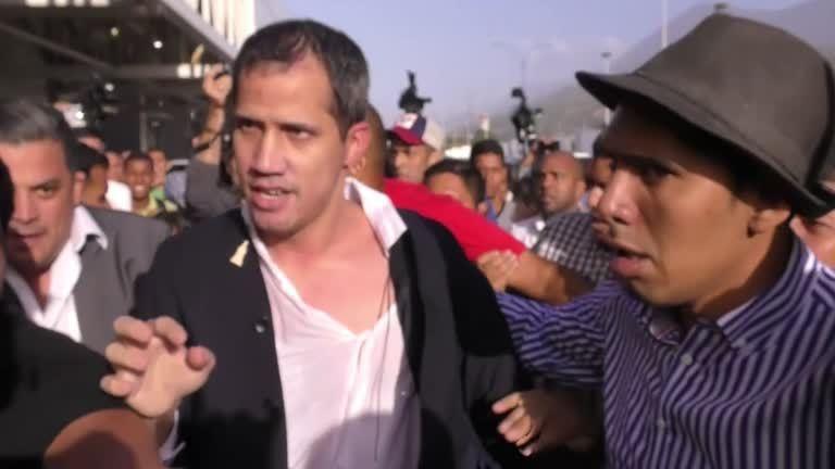 委內瑞拉反對派領袖瓜伊多(Juan Guaido),11日結束23天海外訪問返回國門,在首都卡拉卡斯國際機場受到記者和大批支持與反對群眾的圍堵,瓜伊多最後在支持者的護衛下,略顯狼狽的上車離去。路透
