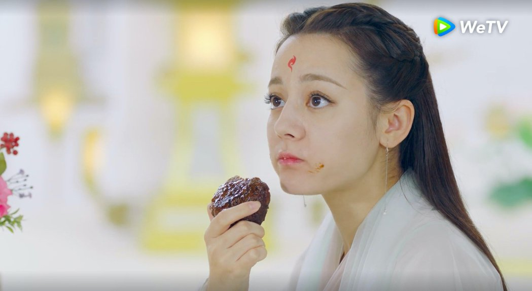 迪麗熱巴在「三生三世枕上書」戲中吃相難看嚇跑潔癖男。圖/WeTV提供