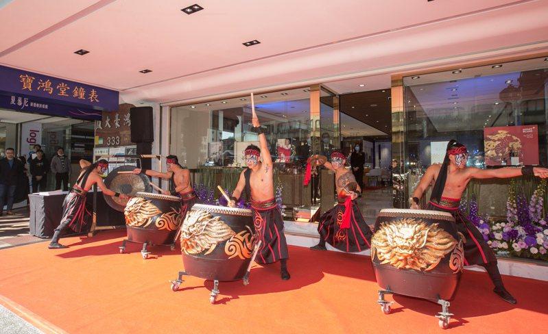 九天民俗技藝團帶來的「鬧熱鑼鼓新氣象」表演,一如今日的高照豔陽,為開幕炒熱氣氛。圖╱記者陳立凱攝影。