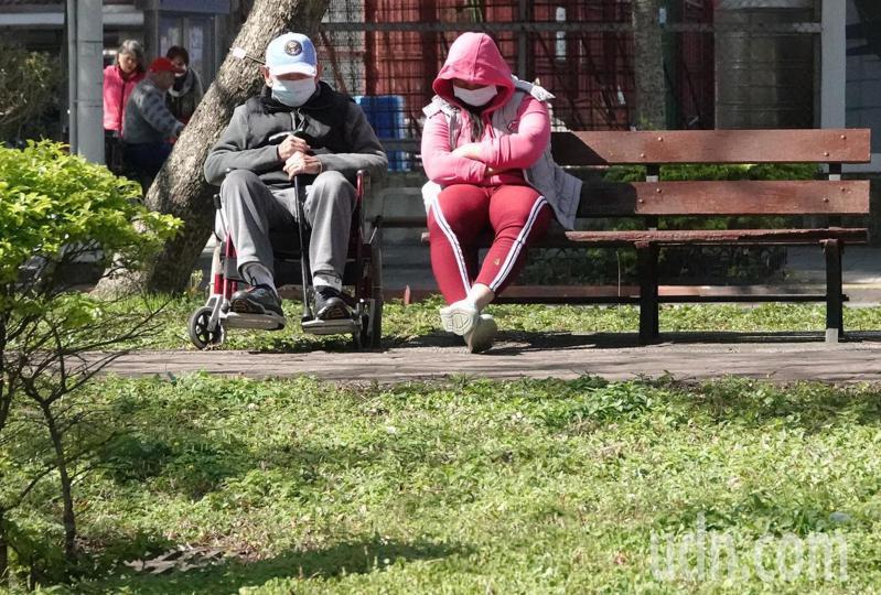 即使武漢新冠疫情影響民眾外出意願,仍有不少民眾把握豔陽高照的好天氣出外曬太陽。