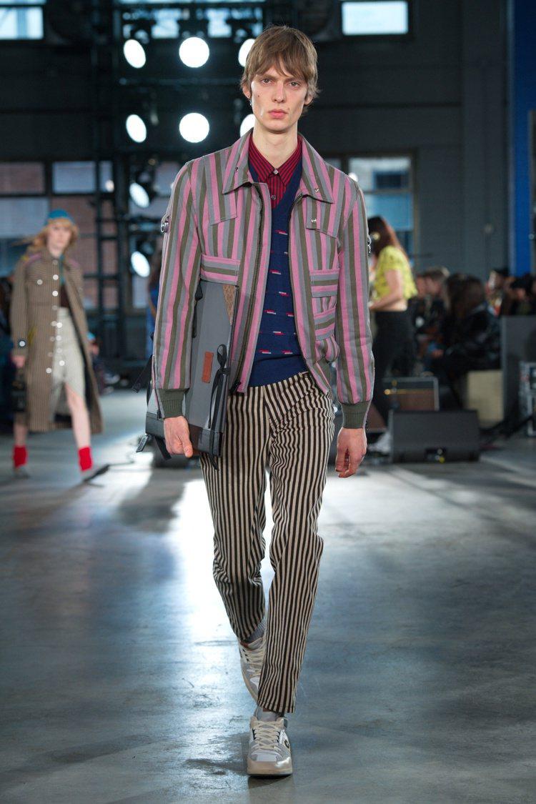 色彩鮮亮的條紋是2020秋季男、女裝的重點表現之一。圖/COACH提供
