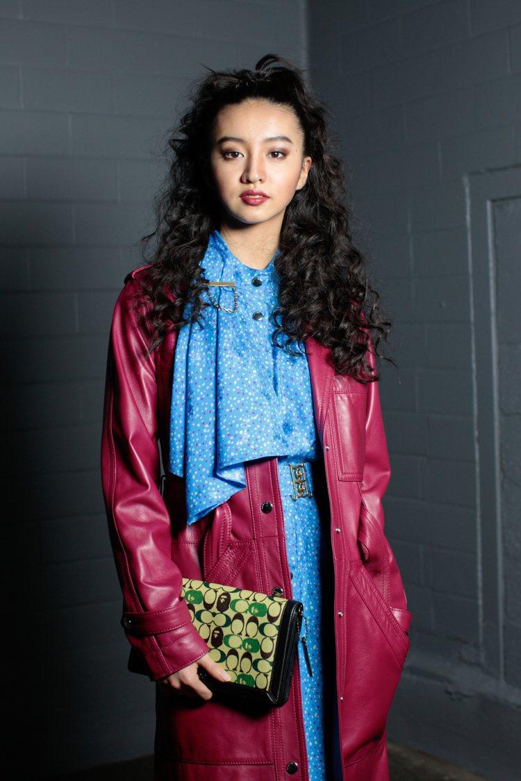品牌日本代言人木村光希手上拿著未上市的COACH x BAPE聯名限定包款。圖/...
