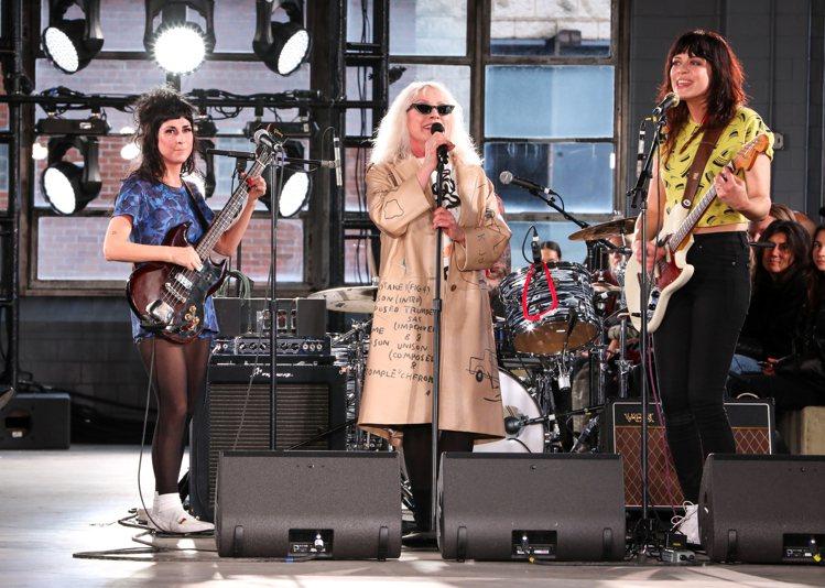 74歲的歌手Debbie Harry在COACH發表現場演唱。圖/COACH提供