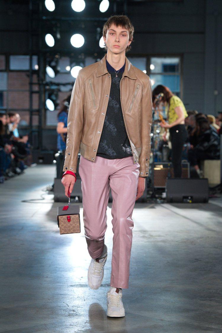 各式皮革單品在秋季系列有飽和色彩的表現。圖/COACH提供