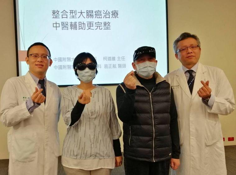 56歲陳姓大老闆(右二)、37歲蔡姓女公務員(左二)感謝醫師柯道維(右)、葛正航...