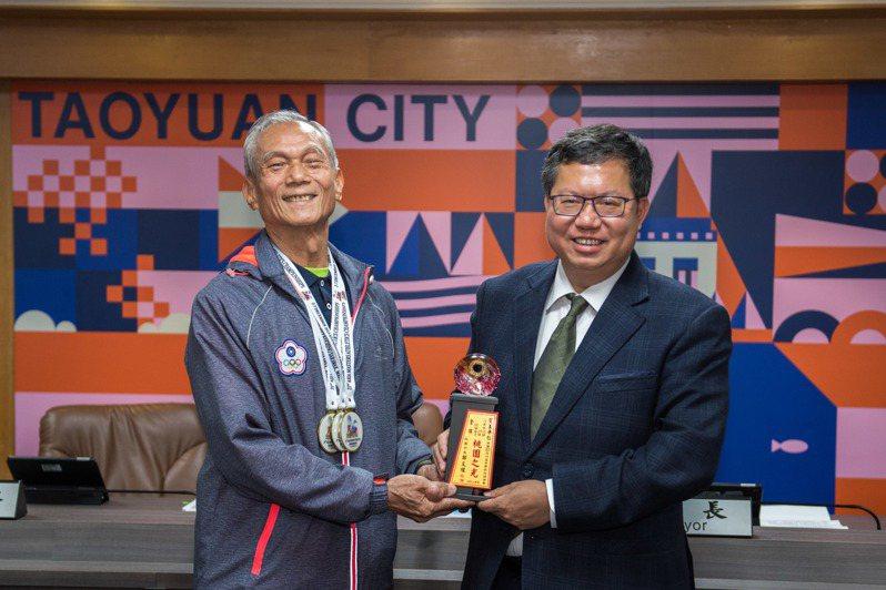高齡71歲的王平仁(左)以13秒67的佳績勇奪2019亞洲盃常青田徑錦標賽百米金牌,也以29.39秒好成績抱回200公尺短跑金牌,他說,從退休後才接觸短跑,今天獲市長鄭文燦(右)接見表揚。記者張裕珍/攝影