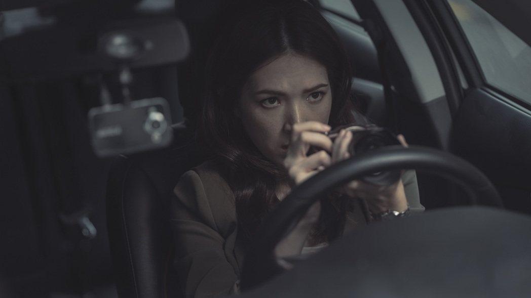 許瑋甯在劇中搖身狗仔記者。圖/Netflix提供
