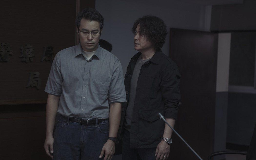張孝全(左)與王識賢為獲取證據互相角力。圖/Netflix提供