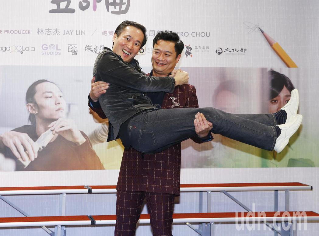 同志喜劇短片舉行首映記者會,本土劇一哥林佑星當場將小應新娘抱。記者陳柏亨/攝影