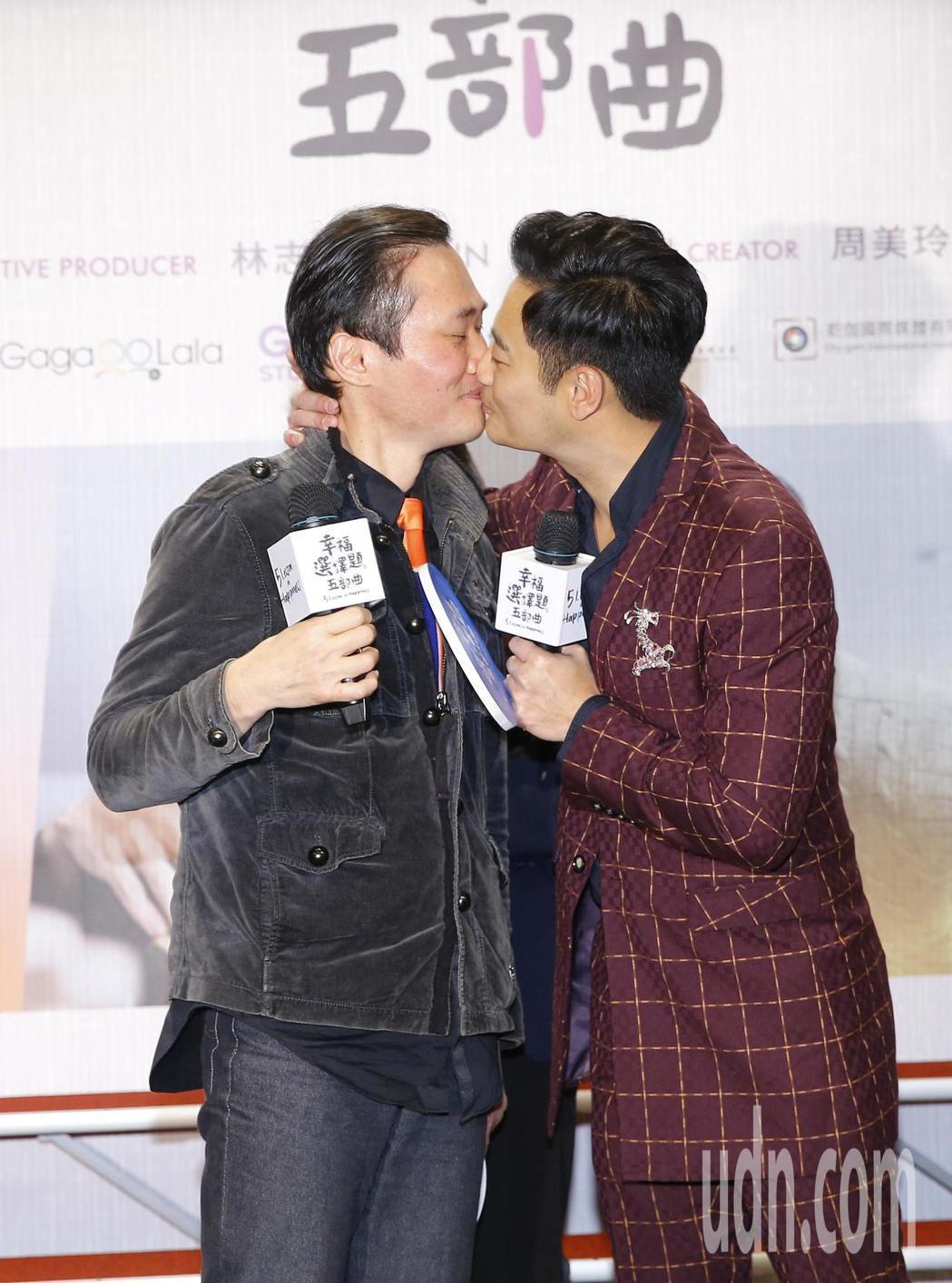 本土劇一哥林佑星(右)、小應 (左)出席宣傳,當場重現吻戲。