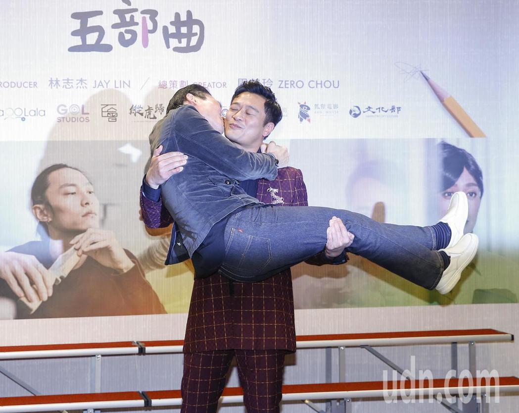 本土劇一哥林佑星當場將小應新娘抱。記者陳柏亨/攝影