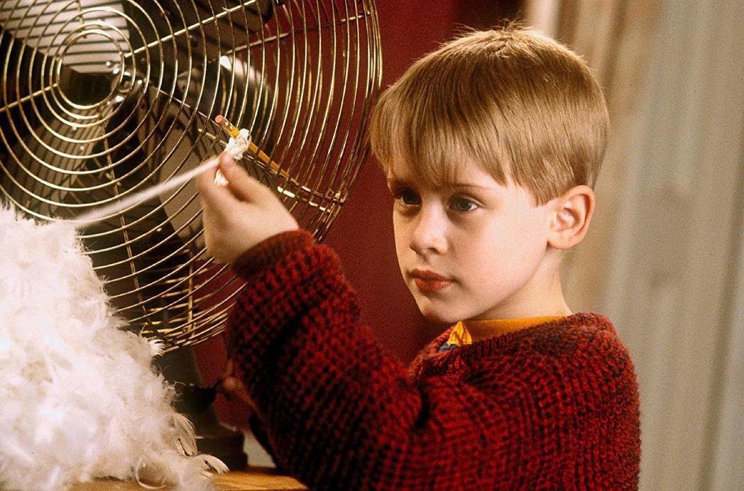 「小鬼當家」曾讓麥考利克金成為全球最紅童星。圖/摘自imdb