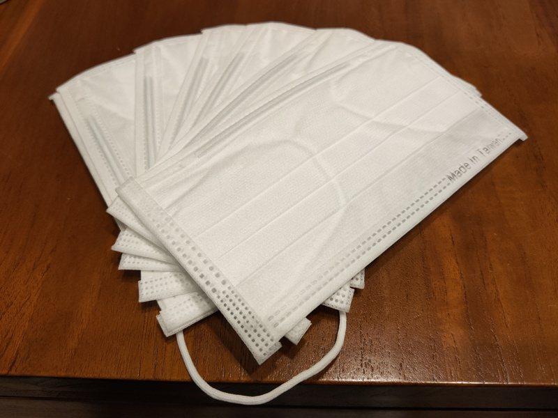 國內口罩因應新冠肺炎疫情而一罩難求,坊間開始流傳各種讓口罩延長壽命的復活法。記者蔡容喬/攝影