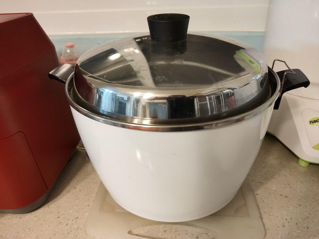 一名女網友想送在外租屋的妹妹生日禮物,但不知道該挑電鍋還是氣炸鍋,於是上網求助網...