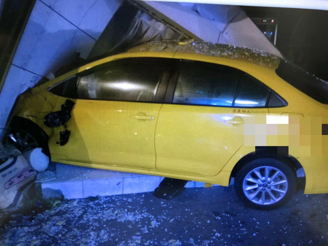 計程車車禍後失控衝入路旁商家,司機受傷送醫。記者謝進盛/翻攝
